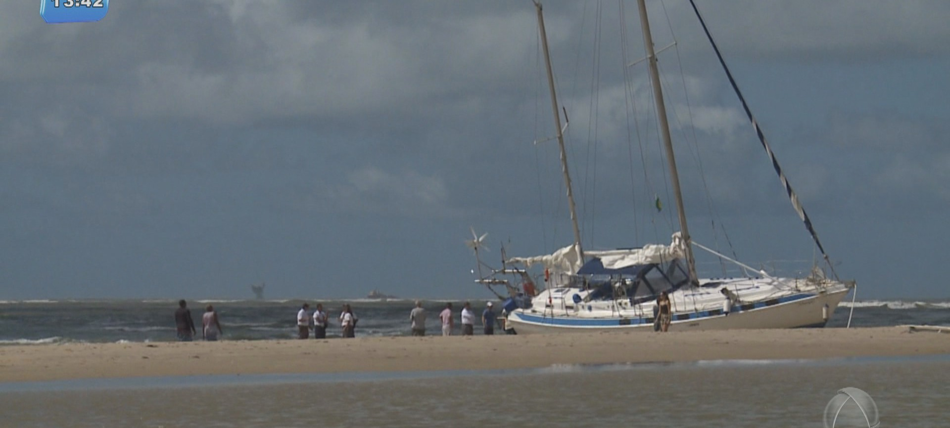 Veleiro continua encalhado na Praia dos Artistas