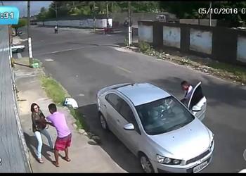 Bandidos assaltam motorista e mulher na porta de casa
