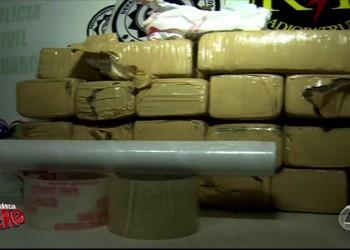 Presa suspeita de tráfico de drogas com mais de 20 kg de maconha