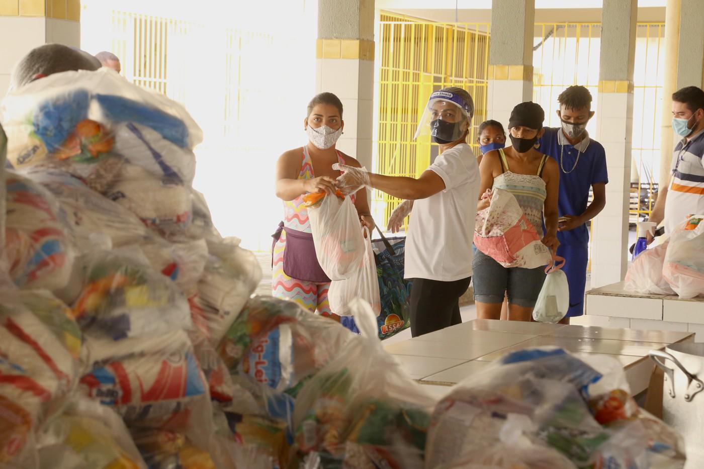 Prefeitura continua entrega dos kits de alimentação escolar nesta segunda, 12